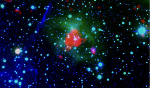 Figura 2: Composición en color de la nebulosa planetaria descubierta en este trabajo (PN G 075.9+11.6). La imagen es una combinación de 3 imágenes obtenidas por 3 telescopios diferentes: WISE (telescopio espacial), 2.2 metros (Calar Alto, Almería) y Isaac Newton Telescope (Observatorio del Roque de los Muchachos, La Palma).