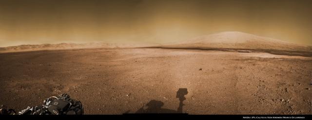 Imagen del Monte Sharp (a la derecha) y el cráter Gale en la superficie del planeta rojo captada por el rover Curiosity.