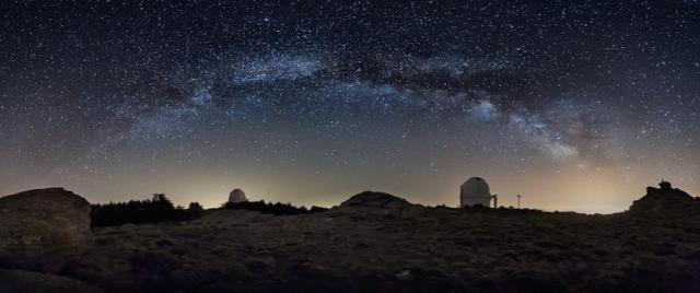 Imagen de la Vía Láctea sobre el cielo del Observatorio de Calar Alto.