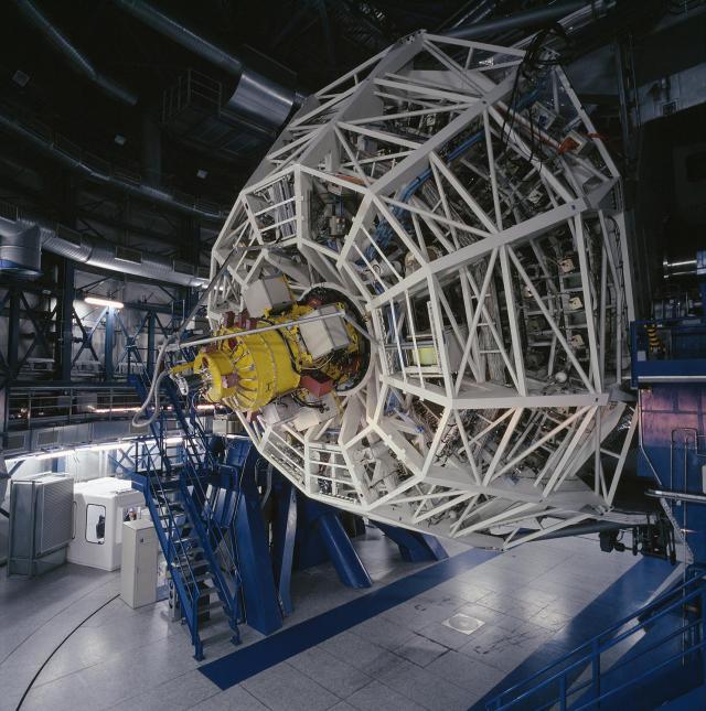 Instrumento FORS2, empleado en este trabajo, situado en el foco Cassegrain (detrás del espejo primario) de uno de los telescopios del VLT (ESO, Chile). Crédito: http://www.usm.uni-muenchen.de/Geschichte_en.php