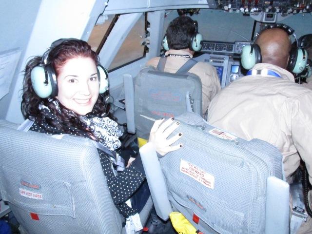La astrofísica Lizette Guzmán Ramírez, autora de esta entrada, en el interior del avión, dispuesta a comenzar la observación que durará 12 horas de vuelo.