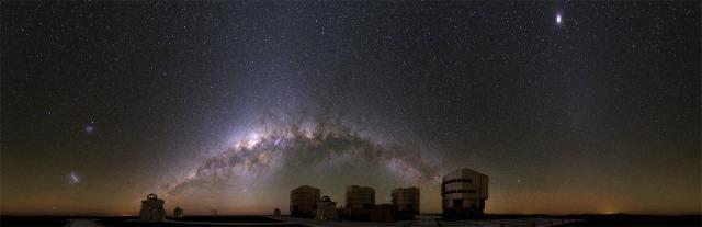 Espectacular vista del VLT en el Observatorio de PAranal con la Vía Láctea y las Nubes de Magallanes (manchas borrosas a la izquierda de la imagen), solo visibles desde el hemisferio sur. Crédito: Stephane Guisard.