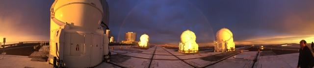 Arcoiris sobre la plataforma del Cerro Paranal al atardecer. Los pequeños telescopios ATs iluminados por el Sol del ocaso y al fondo el UT4. Fotografía obtenida por J. Lillo-Box.