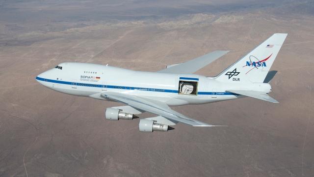 Imagen del Observatorio SOFIA, instalado en el interior de un avión Boeing 747SP, permitiendo la observación en longitudes de onda no accesibles desde el suelo.